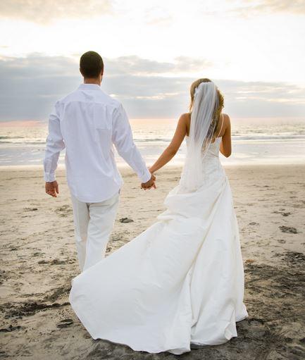 manteaux, gants,  éventails : les accessoires indispensables de la mariée